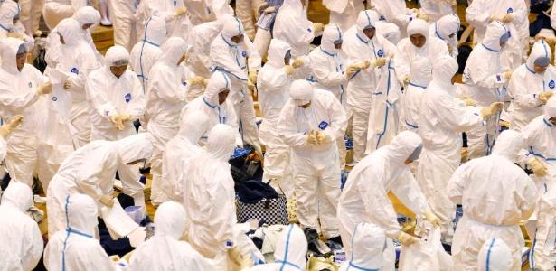 Trabalhadores se preparam, neste domingo (13), para sacrificar frangos no Japão