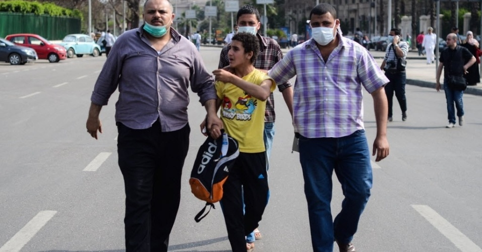 14.abr.2014 - Policiais à paisana prendem um jovem egípcio após duas explosões na Universidade do Cairo, no Egito. Uma onda de explosões e tiroteios tem eclodido no país desde que o Exército depôs o presidente islamita Mohamed Mursi, em julho de 2013