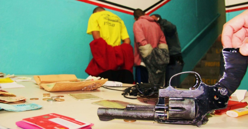 15.abr.2014 - Dois adolescentes foram apreendidos após praticarem uma série de assaltos na madrugada desta terça-feira (15), no Tatuapé, na zona leste de São Paulo, usando uma arma de brinquedo. As vítimas acionaram a polícia e os jovens foram detidos em um veículo no Parque Jandaia. A polícia encontrou R$ 846 e um refém, que foi libertado sem ferimentos, com os jovens. O caso foi registrado no 4º DP (Guarulhos)
