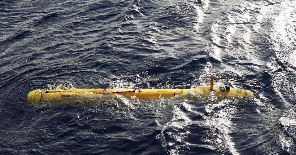 15.abr.2014 - Submarino não tripulado da Marinha dos EUA é acionado no oceano Índico, para participar das buscas ao voo 370 da Malaysia Airlines, desaparecido desde 8 de março. O equipamento, batizado de Bluefin-21, teve sua primeira missão interrompida após ultrapassar os 4.500 metros de profundidade, limite de sua operação