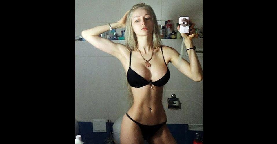 12.abr.2014 - Valeria Lukyanova divulga em sua página no Facebook (@ValeriaLukyanova) imagens em que aparece sem maquiagem carregada. Nessas fotos, ela parece menos com uma boneca e mais com uma mulher comum. Valeria exibe inclusive imagens vestindo roupa de ginástica