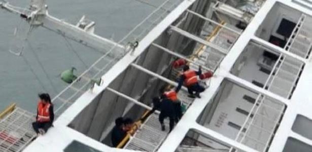 Passageiros são vistos em barca que naufragou