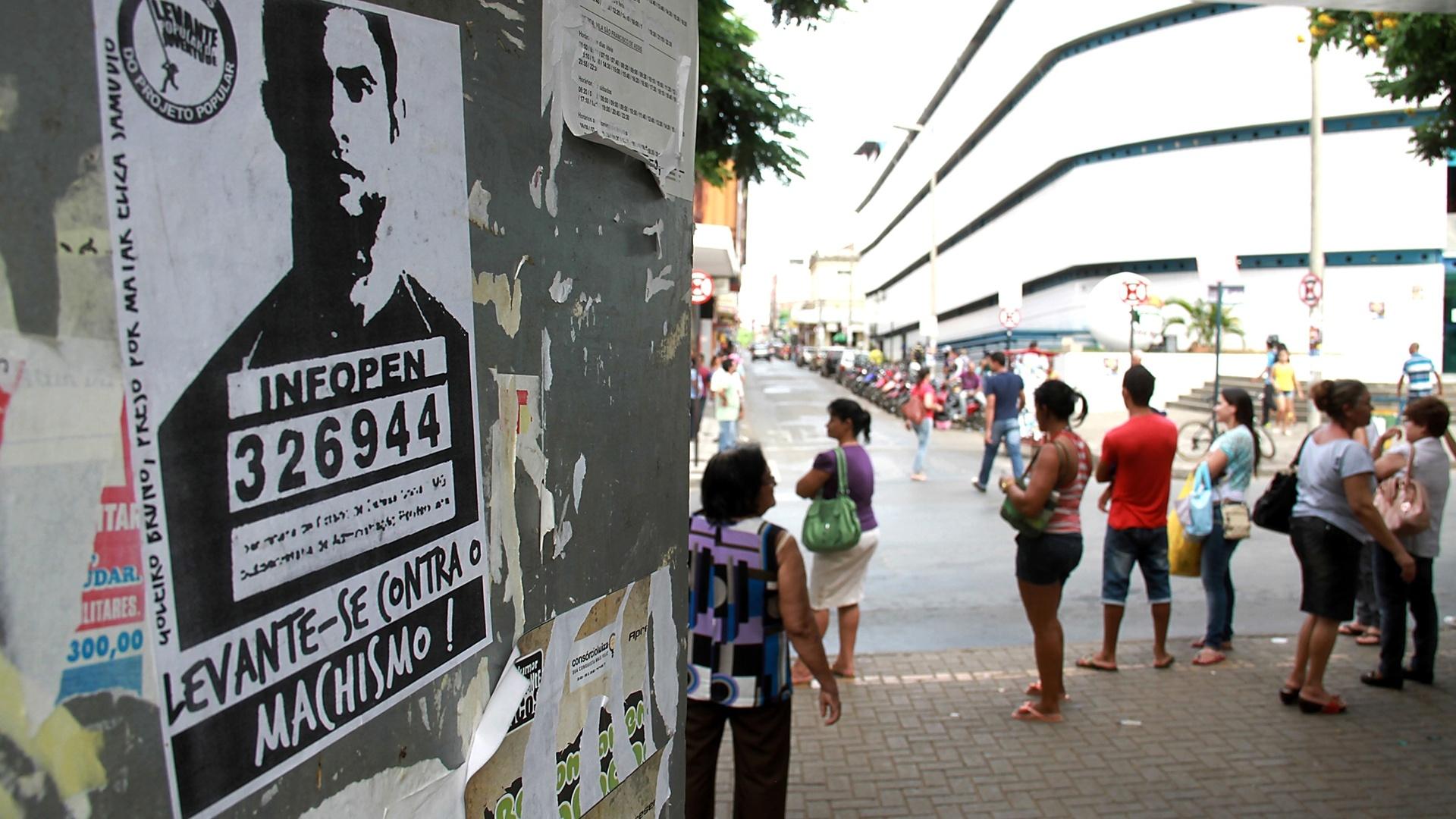 16.abr.2014 - Mulheres do Movimento Levante Popular colaram cartazes contra a vinda do goleiro Bruno para o time da cidade de Montes Claros (MG)