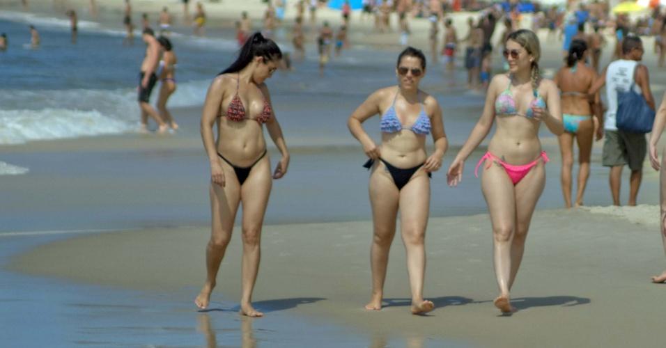 21.abr.2014 - Banhistas lotam a praia de Copacabana-- na zona sul do Rio Janeiro--, nesta segunda-feira (21), feriado de Tiradentes