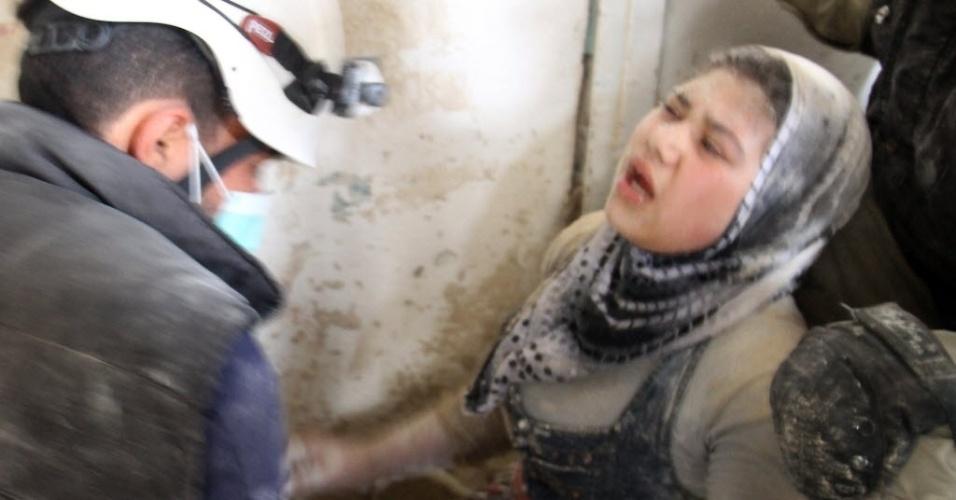 21.abr.2014 - Equipes de resgate retiram mulher de escombros após a explosão de uma bomba em Aleppo, Síria, nesta segunda-feira (21). Segundo o Observatório Sírio para os Direitos Humanos, mais de 150 mil pessoas foram mortas em bombardeios desde março de 2011