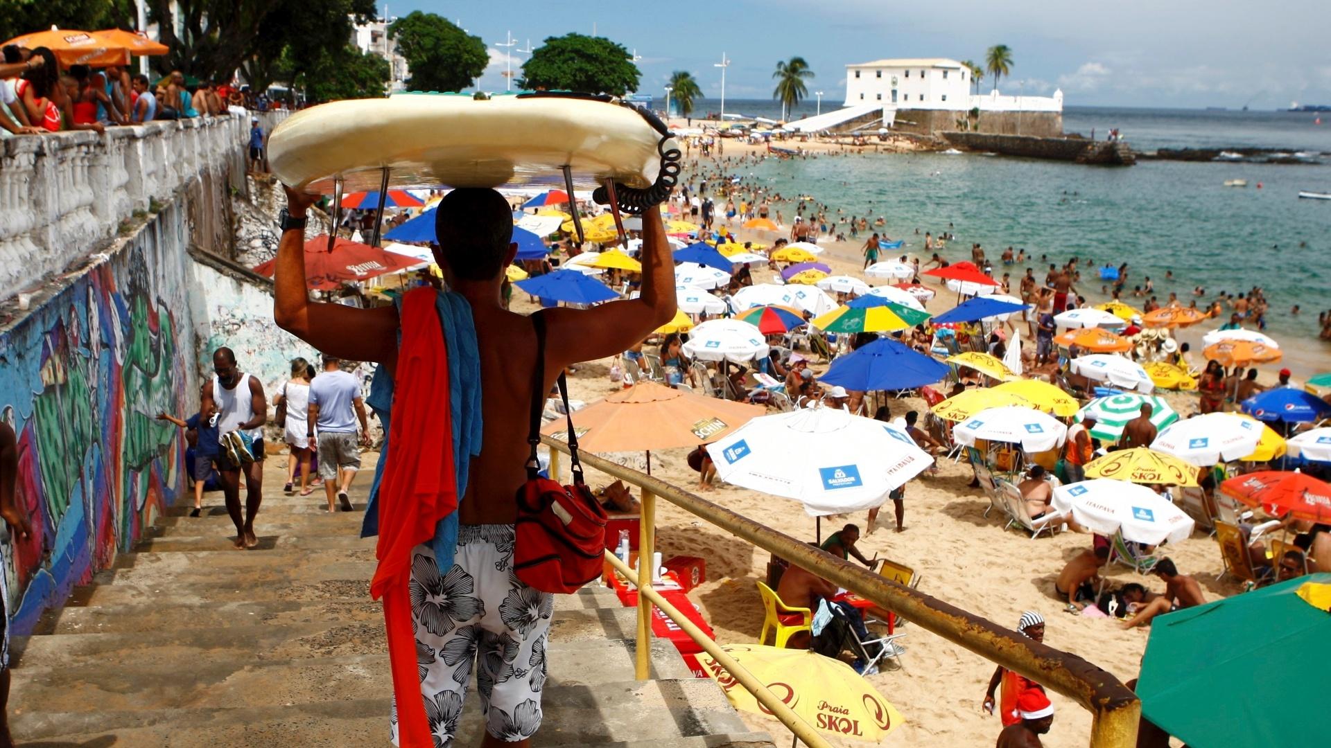 21.abr.2014 - O movimento na praia do Porto da Barra, em Salvador, é intenso nesta segunda-feira (21), úl