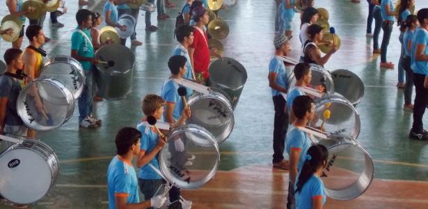 Os instrumentos da banda da escola Nilton Balieiro Machado foram comprados com a venda de biscoitos
