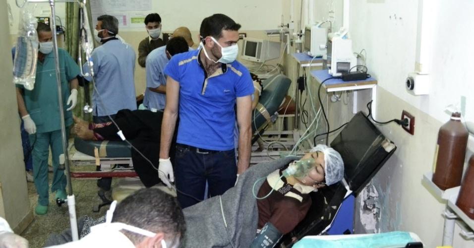 22.abr.2014 - Mulher, que segundo ativistas foi atingida por um ataque com gás cloro, respira com ajuda de aparelhos em hospital de Telminnes, na Síria. Representantes do governo americano disseram na segunda-feira (21) que há indícios do uso militar de um químico tóxico industrial,