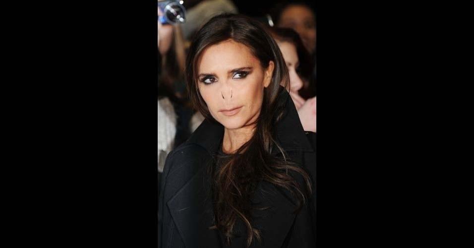 Na imagem, a cantora Victoria Beckham. O site Buzzfeed pegou o nariz do vilão Voldemort, da franquia 'Harry Potter', e colocou em diversas celebridades, usando o Photoshop