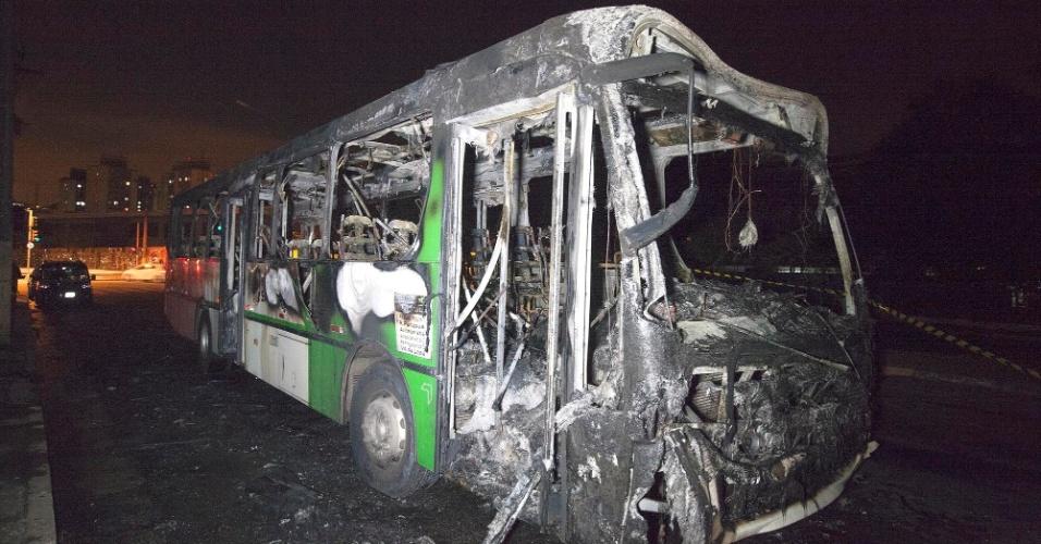 22.abr.2014 - Ônibus é incendiado na avenida João Paulo 1º, próximo do cruzamento com a rua Ipameri, na Vila Brasilândia, zona norte da capital paulista