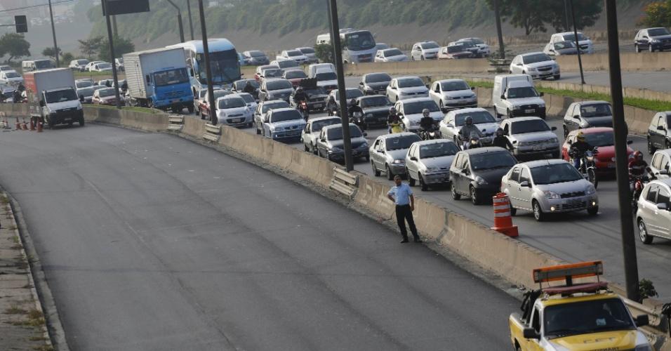 23.abr.2014 - Marginal Tietê ficou interditada nesta quarta-feira (23), no sentido rodovia Castello Branco, na região do Terminal Rodoviário do Tietê, após um vazamento de gás desde às 2 horas da madrugada. Segundo a assessoria da CET (Companhia de Engenharia de Tráfego), operários que trabalhavam em uma obra de telefonia furaram um duto com gás e provocaram a interdição do local, na altura da ponte Cruzeiro do Sul. Como reflexo do acidente e dos reparos, a lentidão nas pistas local e expressa se estendia desde a ponte Presidente Dutra