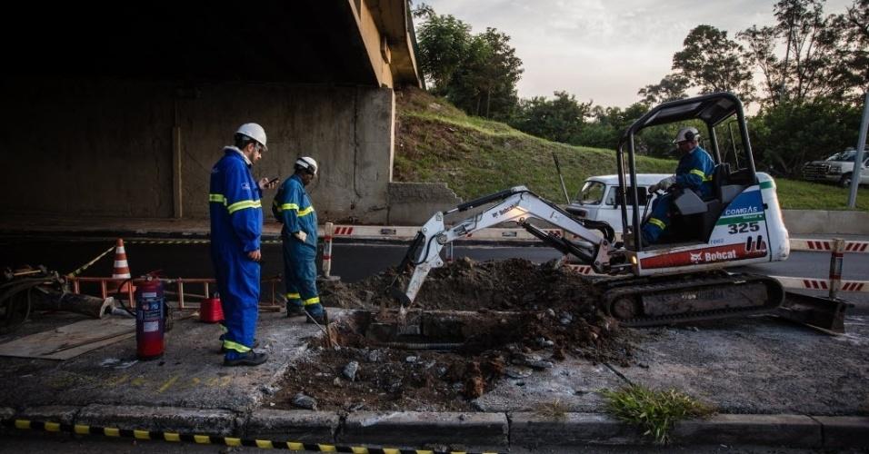 23.abr.2014 - Usando uma escavadeira, equipes da Comgás (Companhia de Gás de São Paulo) tentavam localizar o ponto do vazamento de gás natural que provocou a interdição da pista local da marginal Tietê, na altura do Terminal Rodoviário do Tietê, no sentido rodovia Castello Branco. Técnicos que instalavam cabos de fibras óticas no local romperam acidentalmente uma tubulação e causaram o vazamento. Segundo a CET (Companhia de Engenharia de Tráfego), o vazamento provocou ondulações no asfalto, prejudicando os acessos ao terminal rodoviário e à ponte Cruzeiro do Sul