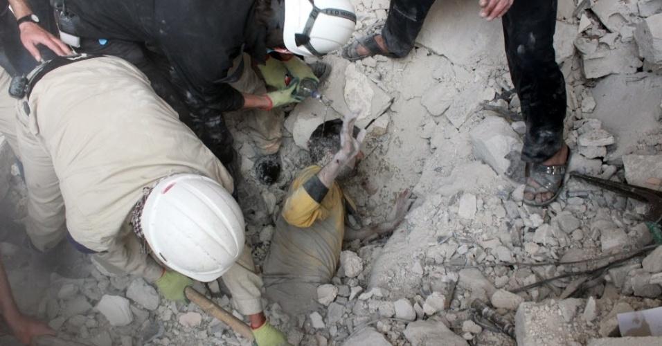 25.abr.2014 - Equipes de emergência resgatam um homem que ficou preso entre escombros de um prédio, que desabou após um bombardeiro na cidade síria de Aleppo. Pelo menos 54 pessoas morreram na tarde de quinta-feira (25), na periferia da cidade, a maioria por ataques aéreos