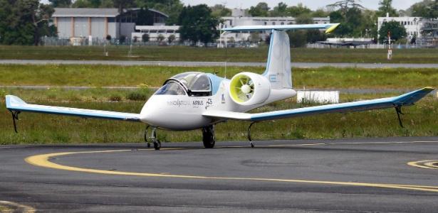 Protótipo de avião totalmente elétrico faz seu primeiro voo público em Bordeaux, na França