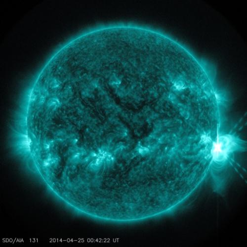 ERUPÇÃO SOLAR FORTE - O Observatório Solar Dinâmico da Nasa (Agência Espacial Norte-Americana) capturou esta significante erupção no lado direito do Sol. A explosão foi em ondas que são boas para ver o material que é expelido em altas temperaturas. A radiação emitida é poderosa e, apesar de não afetar os humanos, pode interferir em satélites GPS e de comunicação. Como esta emissão foi na classe mais intensa, ela deve afetar tais serviços nos próximos dias
