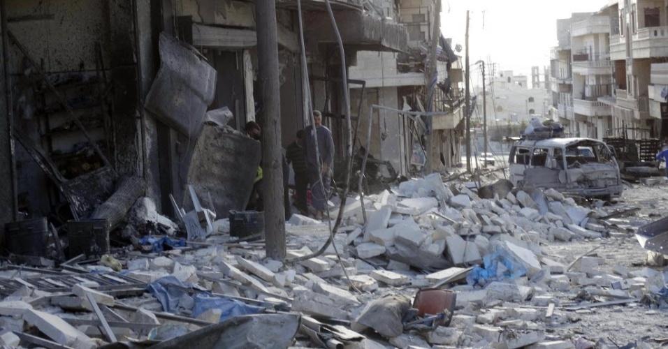 27.abr.2014 - Moradores de Aleppo procuraram sobreviventes entre escombros de prédios atingidos por barris explosivos lançados por forças leais ao presidente Bashr Al-Assad neste domingo (27)