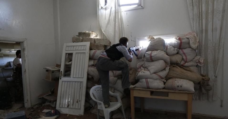 27.abr.2014 - Sacos de areia viram barreira para combatentes em casa parcialmente destruída, em Mork, ao norte de Damasco, neste domingo (27)