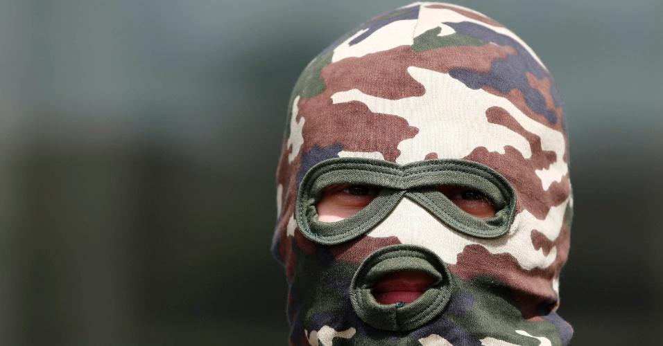 28.abr.2014 - Separatista pró-Rússia mascarado faz guarda em frente ao prédio da Prefeitura de Kostyatynivka, cidade no leste da Ucrânia que teve prédios públicos tomados por homens armados