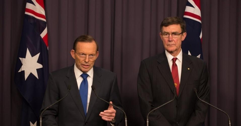 28.abr.2014 - O primeiro-ministro da Austrália, Tony Abbott (à esquerda), e o diretor do Centro de Coordenação de Agências Conjuntas, Angus Houston, participam de entrevista coletiva em Canberra (Austrália), nesta sexta-feira (28). De acordo com o premiê, a operação de resgate do avião da Malaysia Airlines desaparecido desde 8 de março entrou em uma nova fase, com a expansão da área de busca no leito marinho