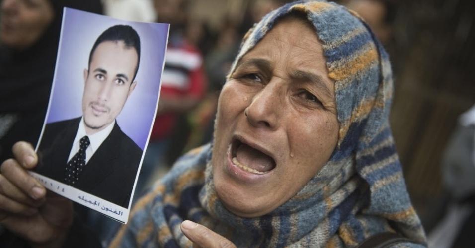 28.abr.2014 - Segurando o retrato de um parente, mulher egípcia chora em frente ao tribunal que condenou à morte 682 suspeitos de apoiar o presidente deposto do país, Mohammed Mursi, e a Irmandade Muçulmana. Os condenados teriam, segundo a Justiça, responsabilidade em atos de violência e no assassinato de policiais durante protestos que pediam a libertação de Mursi, preso desde sua deposição no início de 2013