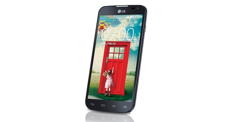 29.abr.2014 - A LG começa a vender em maio o aparelho LG L90, que faz parte da terceira evolução da série L da companhia. O aparelho tem processador quad-core (quatro núcleos) de 1,2 GHz, tela de 4,7 polegadas de alta definição, conexão 3G, 8 GB para armazenamento, câmera traseira de 8 megapixels e o sistema operacional Android KitKat (4.4)