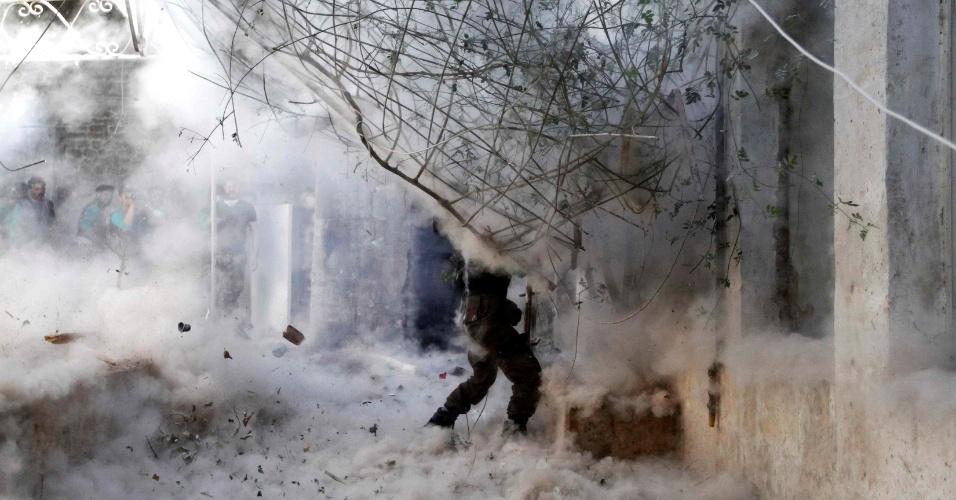 29.abr.2014 - Em imagem divulgada nesta terça-feira (29), soldado do Exército Livre da Síria dispara com lançador-granadas em direção a forças leais ao ditador Bashar al-Assad, durante confrontos pesados no centro antigo de Aleppo. Foto obtida no último domingo