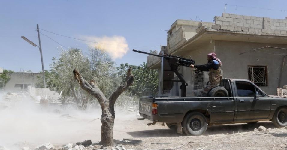 29.abr.2014 - Soldado do Exército Livre da Síria, que faz oposição ao governo Assad, atira contra aviões que, de acordo com os rebeldes, dão apoio ao presidente sírio. Dezenas de pessoas foram mortas em ataques a cidades do país nesta terça-feira (29), segundo agências internacionais de notícias