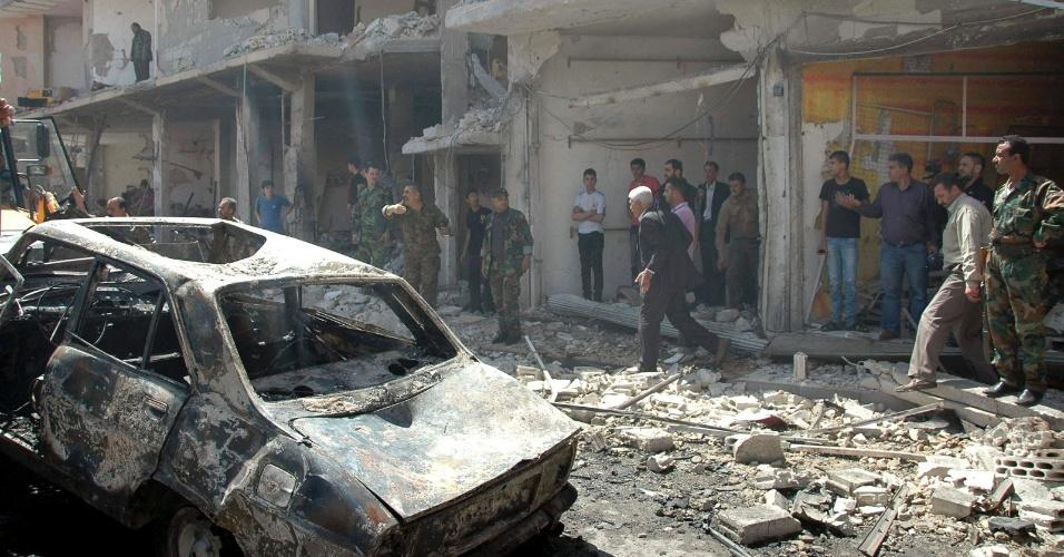 29.abr.2014 - Um carro bomba matou 37 pessoas e feriu dezenas, em Homs, na Síria, nesta terça-feira (29), em um bairro habitado predominantemente por simpatizantes do regime do presidente sírio, Bashar al-Assad. Cerca de 50 pessoas morreram em todo o país em uma série de ataques, um dia após Assad se registrar como candidato à reeleição, frustrando expectativas de que fosse abdicar da disputa para encerrar os conflitos