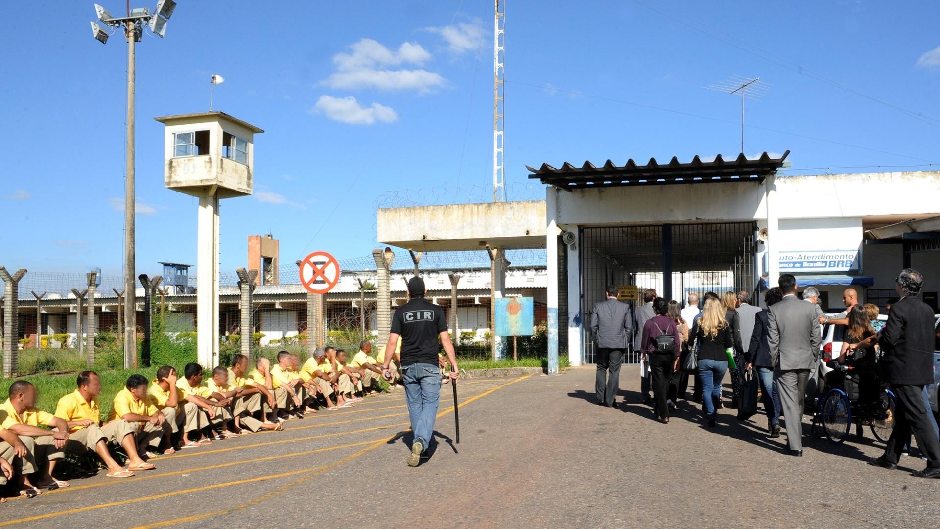 29.abr.2014 - Integrantes da Frente Parlamentar em Defesa dos Direitos Humanos, da Câmara dos Deputados, visitaram o Complexo Penitenciário da Papuda, em Brasília (DF), onde está preso desde novembro de 2013 o ex-ministro José Dirceu
