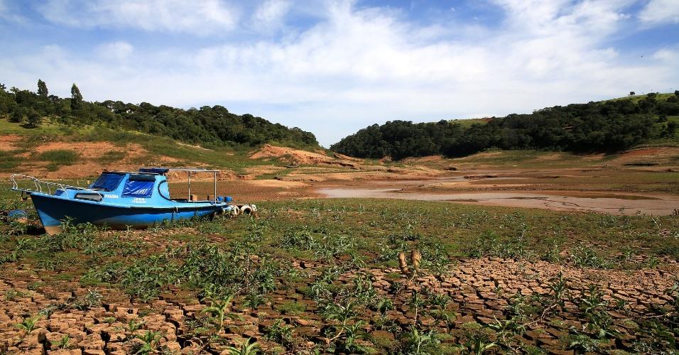 30.abr.2014 - Responsável pelo abastecimento de metade de toda a Grande São Paulo, o sistema Cantareira registrou nesta quarta-feira (30) novo recorde negativo de capacidade. De acordo com dados da Companhia de Saneamento Básico do Estado de São Paulo (Sabesp), o nível dos reservatórios caiu de 10,9% para 10,7%. Na mesma data do ano passado, o Cantareira contava com 62,8% de sua capacidade total