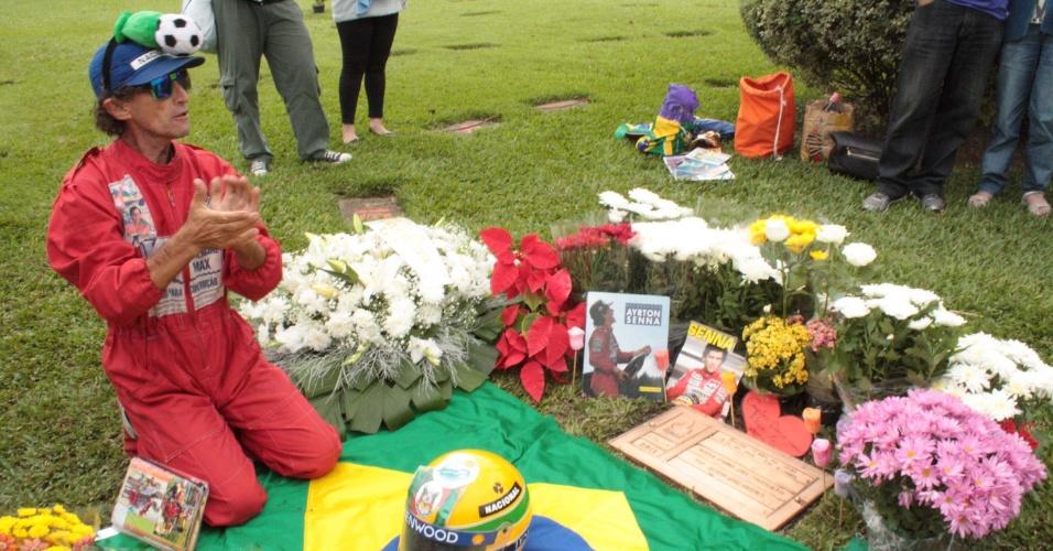 1º.mai.2014 - Fã vestido com macacão que se tornou marca de Ayrton Senna (1960-1994) presta homenagem ao piloto em túmulo no cemitério do Morumbi, em São Paulo, nesta quinta-feira (1º), por ocasião dos 20 anos da morte de Senna