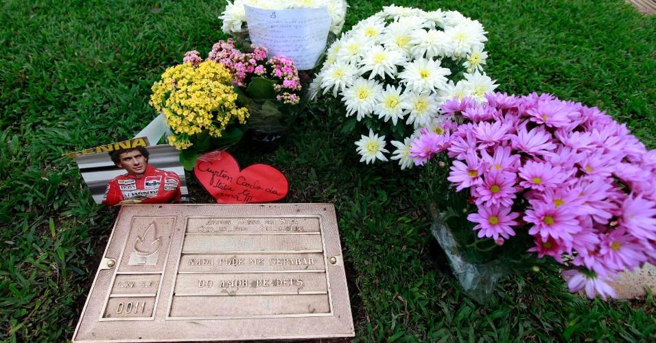 1º.mai.2014 - Túmulo do piloto brasileiro Ayrton Senna (1960-1994), tricampeão mundial de Fórmula 1, morto em acidente grave durante corrida em Ímola (Itália), em 1º de maio de 1994, é decorado com arranjos de flores em cemitério de São Paulo, por ocasião do aniversário de 20 anos da morte de Senna