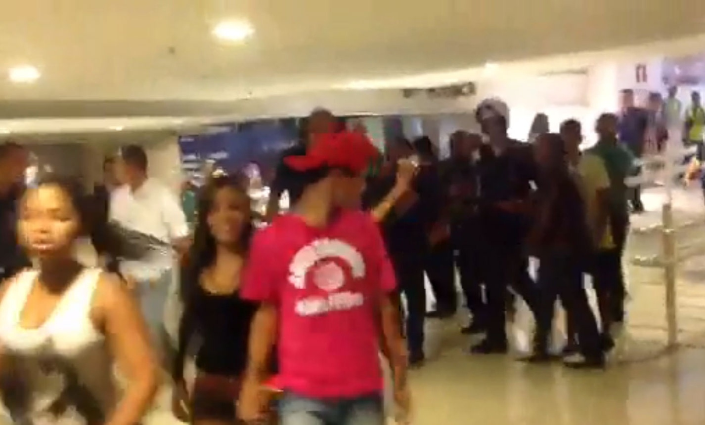 3.mai.2014 - Seguranças do Shopping Estação BH em Belo Horizonte utilizaram taser (arma que dá choques, imobilizando a pessoa) e cassetete para barrar o acesso de adolescentes às dependências do estabelecimento na tarde deste domingo (4)