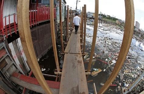05.abr.2014 - Ribeirinhos nas imediações de Manaus sofrem por conta dos efeitos das cheias nos rios da região. Nem mesmo as pontes de madeira construídas pelos governos municipal e estadual não conseguem diminuir o transtorno causado pela elevação no nível dos rios