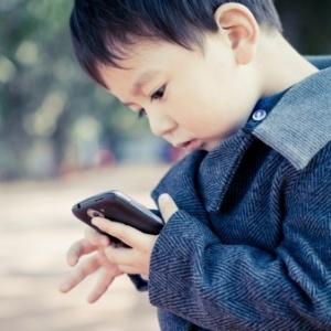 Crianças que brincam com o smartphone dos pais também não tiveram ganhos educacionais comparadas àquelas que não usam os aparelhos