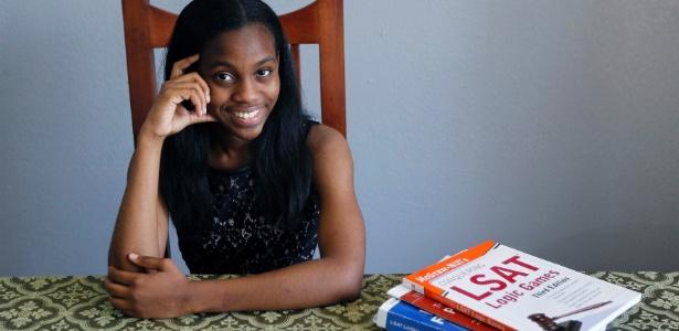 Grace Bush, de 16 anos, concluiu a graduação antes de receber o diploma do ensino médio
