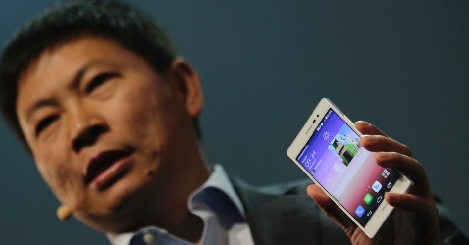 7.mai.2014 - Richard Yu, diretor-executivo da Huawei, apresenta o smartphone Ascend P7 em evento realizado em Paris, na França. O aparelho tem 6,35 milímetros de espessura e duas câmeras (uma frontal de 5 megapixels e outra traseira de 13 megapixels)