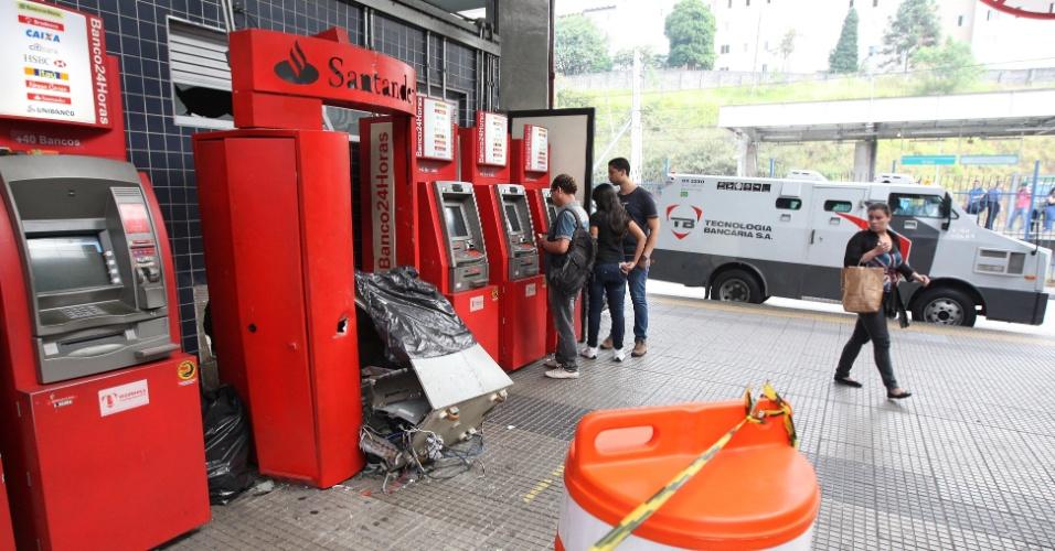 7.mai.2014 - Um grupo armado explodiu um caixa eletrônico do banco Santander instalado dentro do terminal de ônibus do Grajaú, na zona sul de São Paulo. O crime aconteceu por volta das 3h10 desta quarta-feira. Segundo a Polícia Militar, até agora não se sabe qual foi a quantia de dinheiro levada pelos criminosos