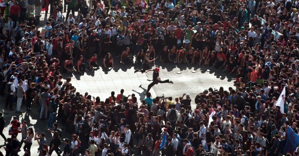 08.mai.2014 - Estudantes protestam pelas ruas de Santiago, Chile, com as mesmas exigências das manifestações de 2011: uma educação pública, gratuita e de qualidade. Enquanto a polícia estimou em 40 mil o número de participantes na marcha na capital chilena, os organizadores estimaram a multidão em 100 mil. Dirigentes estudantis afirmaram que a manifestação é uma reação à falta de clareza sobre o programa de mudanças na educação que a presidente Michelle Bachelet propõe