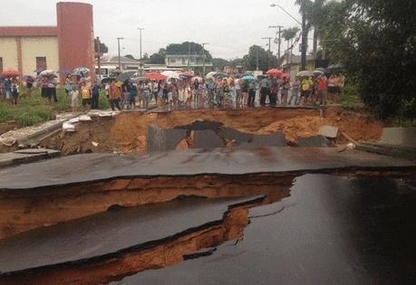 9.mai.2014 - Chuvas fortes causaram estragos em diversas áreas de Manaus, no Amazonas. A zona oeste da cidade foi uma das mais atingidas
