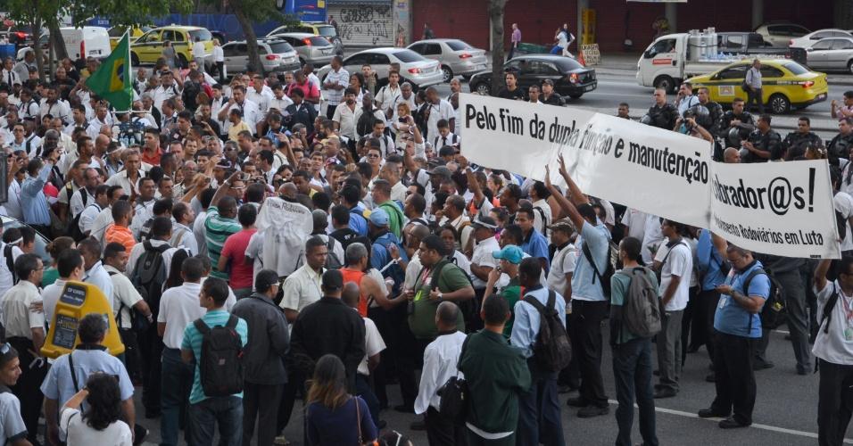 12.mai.2014 - Rodoviários se reúnem na Cinelândia, no Rio de Janeiro em protesto contra acordo coletivo assinado pelos sindicatos patronal e sindical