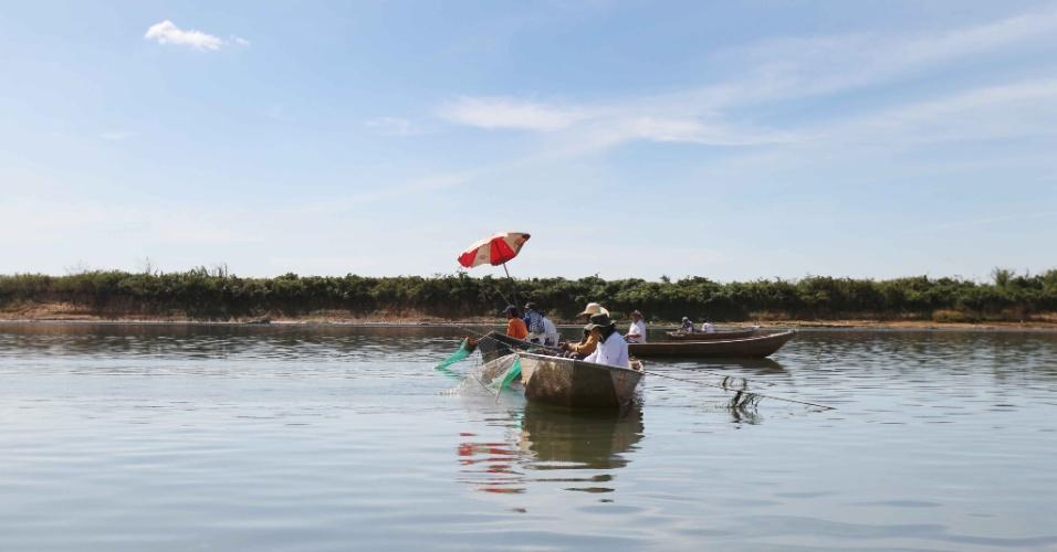 13.mai.2014 - A estiagem tem prejudicado a pesca no rio Grande, em Colômbia, interior de São Paulo, na divisa entre o Estado e Minas Gerais, nesta terça-feira (13). O rio está sete metros abaixo do seu nível normal para o período