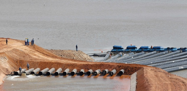 Funcionários da Sabesp trabalham na obra de captação de água do volume morto do Sistema Cantareira