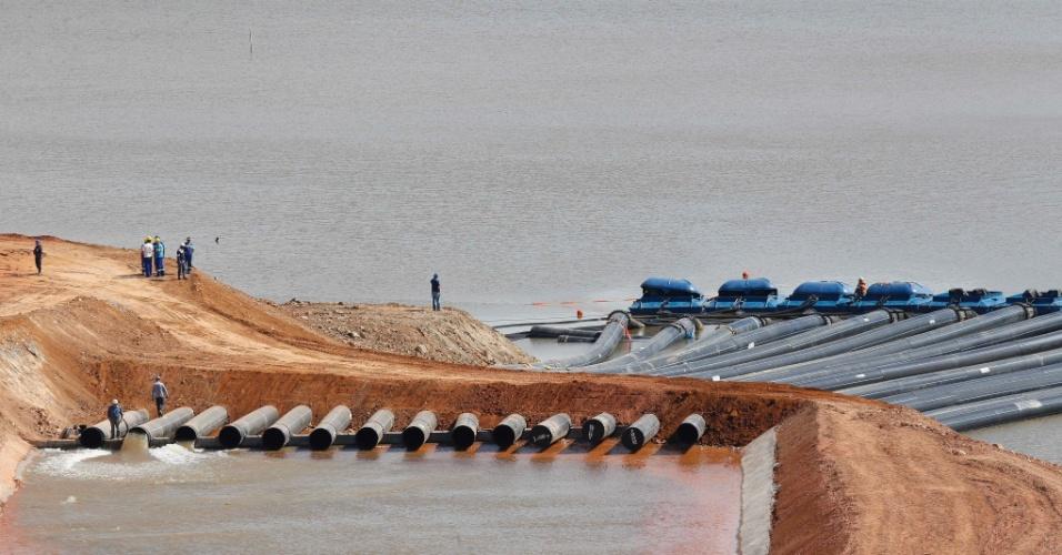13.mai.2014 - Funcionários da Sabesp trabalham na obra de captação de água do volume morto do sistema Cantareira, na região de Joanópolis; o nível de água do sistema esta abaixo de 9%