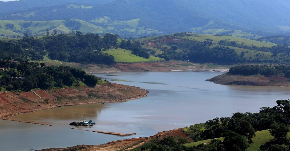 14.mai.2014 - A represa Jaguari-Jacarei, na cidade de Joanópolis, interior de São Paulo, onde se mede o volume de água armazenado no Sistema Cantareira registrou novo recorde negativo, com apenas 8,4% da capacidade total dos seus reservatórios