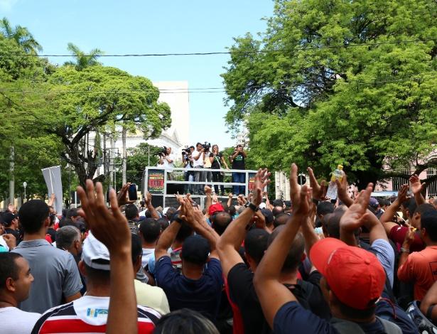 Policiais militares e bombeiros de Pernambuco se concentraram na frente da sede do governo do Estado, no centro do Recife