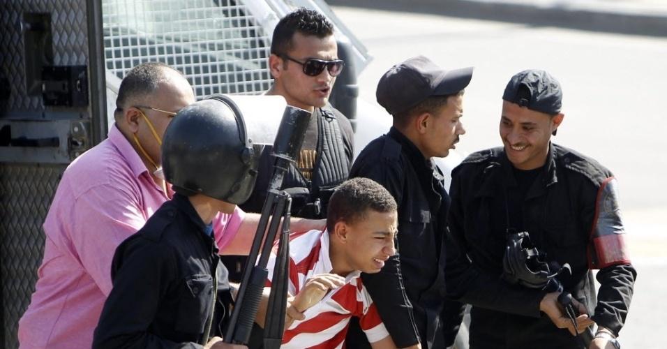 14.mai.2014 - Policiais prendem estudante que protestava em favor da Irmandade Muçulmana e do ex-presidente Mohamed Mursi, na Universidade do Cairo. No país, manifestações sem prévia autorização do governo são p