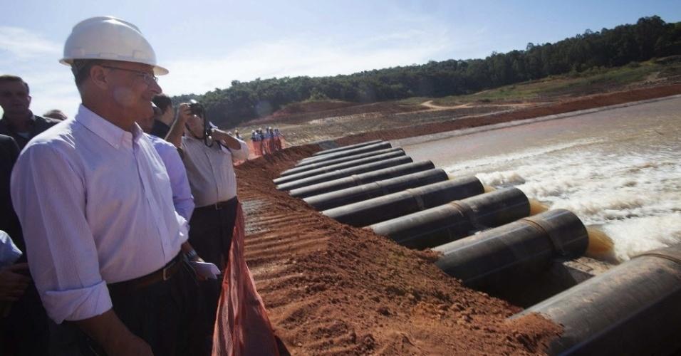 """15.mai.2014 - O governador de São Paulo, Geraldo Alckmin (PSDB-SP), e uma delegação observa água escorrer do reservatório Jaguari, que faz parte do sistema Cantareira, um dos principais no abastecimento da cidade de São Paulo. O governo acionou nesta quinta-feira (15) o conjunto de bombas que darão início à captação de água do """"volume morto"""" do Sistema Cantareira. Alckmin afirmou que essa água é """"igual"""" a que é usada atualmente"""