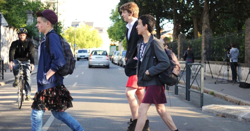 16.mai.2014 - Jovens do sexo masculino foram para a escola de saia, nesta sexta-feira (16), na cidade de Nantes (oeste da França). Com o protesto, os estudantes pretendem fazer uma denúncia simbólica contra o sexismo. Além de convidar os jovens a usar saias como ato simbólico, a iniciativa pretende criar um espaço de debate entre os alunos sobre este tema nas escolas de ensino médio