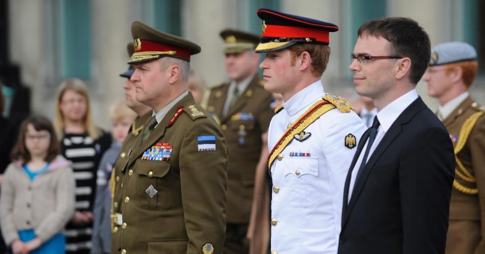 16.mai.2014 - O príncipe Harry (centro), do Reino Unido, participa de cerimônia no monumento da Guerra da Independência, no centro de Tallinn, na Estônia, nesta sexta-feira (16), durante visita oficial ao país do leste europeu